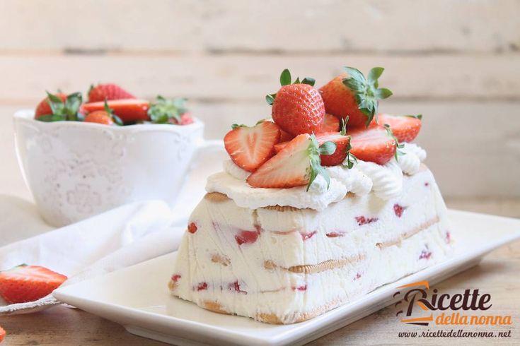 La mattonella alle fragole è un dessert fresco colorato e perfetto per le calde giornate di Primavera: una semifreddo alla purea di fragole e panna con pezzetti di fragola!