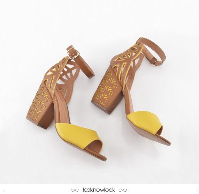 Sandália com salto grosso e recortes vazados nas cores marrom e amarela.