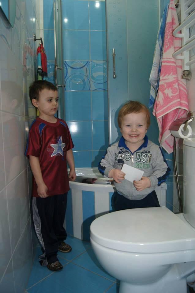Chłopcy zachwyceni/zaskoczeni nową łazienką.