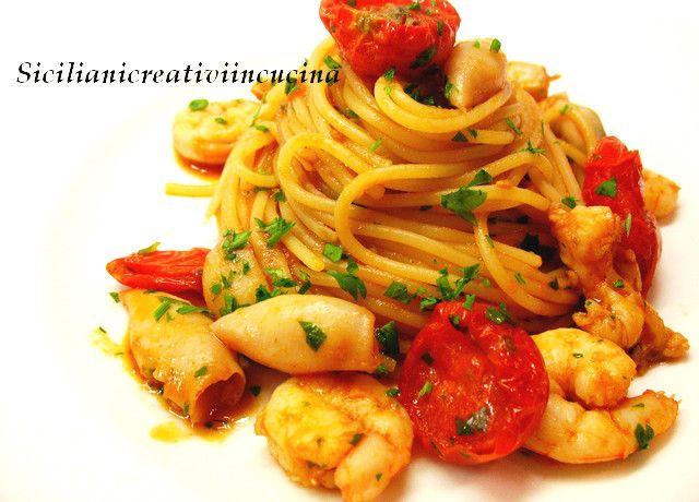 Spaghetti con ragù di gamberi, calamari e scampi