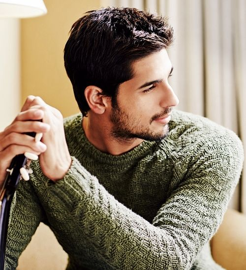 damn, he looks like a fitter version of an ex boyfriend!  YUM!  Siddarth Malhotra