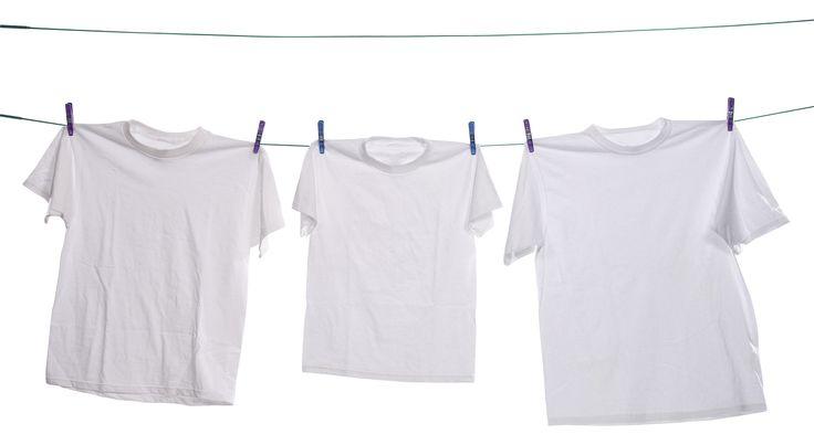No cabe duda de que la ropa blanca es bonita y fácil de combinar con ropa de cualquier tipo de color, pero lamentablemente es muy fácil que se torne amarillenta. Para devolverle el color original