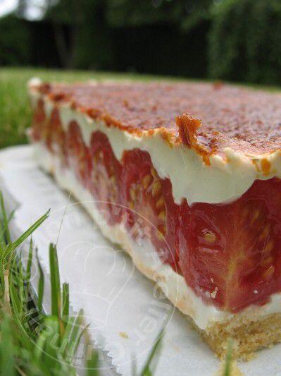 """Le tomatier, """"fraisier aux tomates"""" de Maiké – 160g de biscuit salé TUC  – 60g de beurre fondu  – 750g de fromage blanc (0% pour moi)  – 300g de Fromage frais ail et fines herbes  – 6 feuilles de gélatine  – à peu près 500g de tomates cerises  – 1 pot de sauce tomates aux olives de 190g  – de la ciboulette ciselée  – sel et poivre  Mixez les biscuits salés, faire fondr ele burre : mélangez les et tasses les au fond d'un cadre de 22×26 centimètres (approximativement). Réfrigérer.  Faire…"""