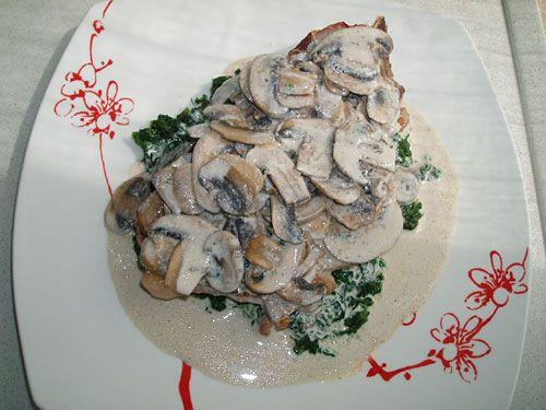 Chuletas de ternera con espinacas y salsa de champiñones