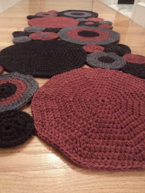Dit tapijt is een verzameling van gehaakte cirkels die aan elkaar zijn genaaid. Ik kocht deze wol als witte garen en hand geverfd het. Dit tapijt zou een groot atleet deken voor de voordeur of zelfs voor een deken van de keuken. Ik voel me als het een kunstwerk voor het decoreren van de verdiepingen met.  Ik stel een antislip pad te houden in de plaats.  Kleuren: Maroon, houtskool zwart en grijs  Afmetingen: 20 inch breed, 52 inch lange (4 ft. 4 inch)  Het patroon is een originele patroon…