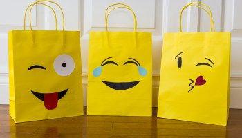 [:en]Emoji Party Bags and free template![:fr]Sacs surprises Emoji et gabarits gratuits![:]
