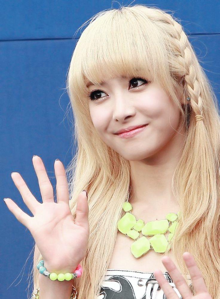 """• Haziran 2010'da, 2PM'den Nichkhun ile eşleştirilerek, """"We Got Married"""" oyuncularından biri olarak açıklandı. """"We Got Married""""daki çift isimleri ise 'Khuntoria' oldu.  • Victoria, Invincible Youth'ın ilk sezonunda; Girls Generation'dan Sunny ve Yuri ile 4minute'den Hyuna'nın yerine G7'ın yeni üyesi oldu.  • Victoria, Kore komedi programı """"Running Man""""in 8. bölümünde; Gyeonghui Sarayı'nın, Seoul Tarih Müzesi'nde konuk oyuncu oldu.  • 2010'da, MBC Eğlence Ödülleri'nde """"Popülerlik Ödülü""""…"""