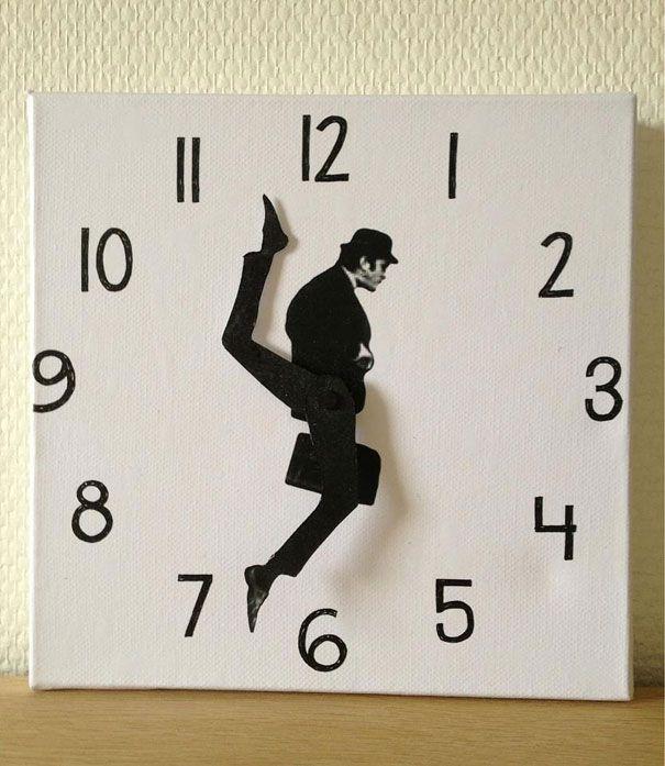Horloge humour voir burlesque. A faire soi même, collage sur les aiguilles d'une horloge.