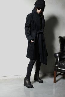 軽くて暖かな上質な肌触りのアンゴラウールを使用。大きめのショールカラーが特徴の綿入りロングコートです。 前身頃の分量感や大胆に斜めにカットされた裾のラインがとても美しいバランスを生み出しています。