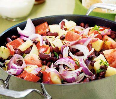 Chili sin carne är en vegetarisk variant på Chili con carne och har varma smaker av kajennpeppar, paprika och röda bönor. Fräs potatisen med vitlök, paprika och vitlök. Chilin serveras med tortillabröd, tacosås och yoghurt.