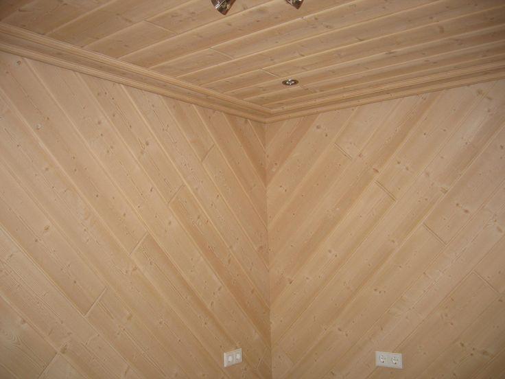 Profilbretter Fichte, leicht gewachst wurden hier an Decke und Wand montiert.