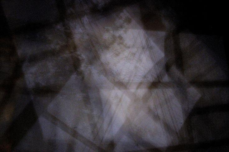 Arrivi, tu arrivi Una linea di luce diafana E mi tocchi Una mano, la scapola esposta Giungi e sciogli la cera All'orecchio cieco  Impenetrabile, erravo, racchiusa Tutta In bava di seta //Cont...