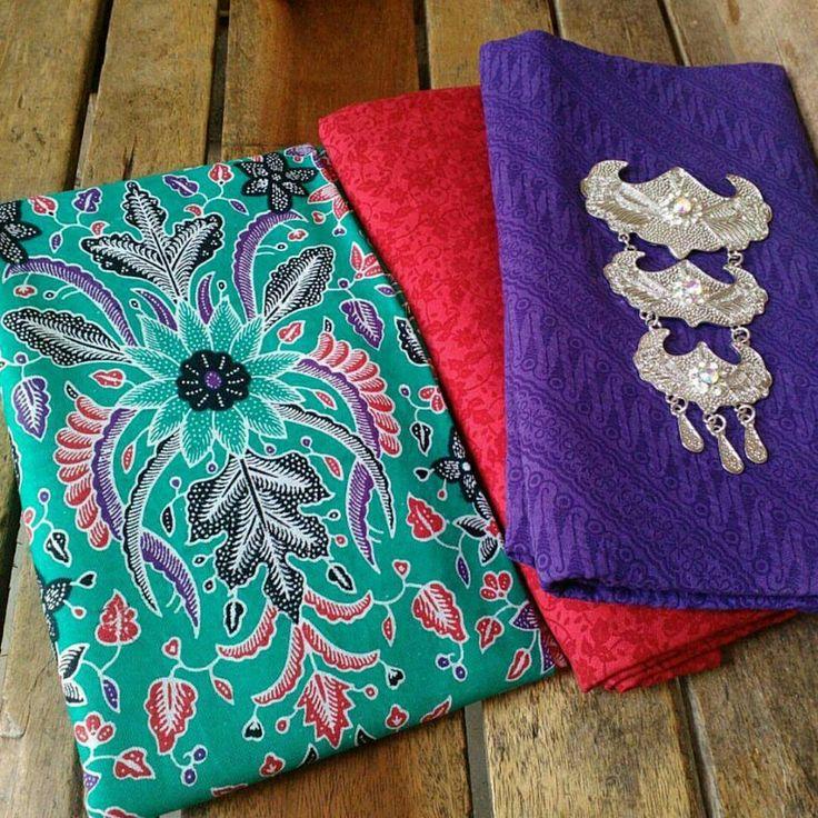��Kain Batik Printing + Kain Embos�� Kain Batik Rp 37.000 ⏩Ukurann 2 x 1,1 m Kain Embos Rp 34.000 ⏩Ukuran 2 x 1,1 m Tanpa bros atau kalung Bisa ambil kain batiknya saja, atau kain embosnya saja Boleh ambil eceran, lusinan,  kodinan  Minat�� Langsung hub kontak�� ��pin D554105E ��WA 0857-4214-1741 ����Pengiriman dr pekalongan  #kain #kainmurah #kainbatikcap #kainbatik #kainbatikpekalongan #kainembos #kainbatikcap #kainbatikprada#kaincantik #kainkutubaru #fashionwanita #kainmodern #kainsoft…