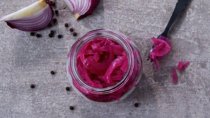 Syltet rødløk smaker nydelig som tilbehør til kjøttretter, og er et must for den som vil lage et fristende og lekkert tilbehør til sommerens pølser.