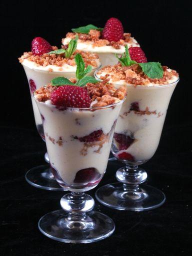 Coupes de crème au mascarpone et framboises façon crumble