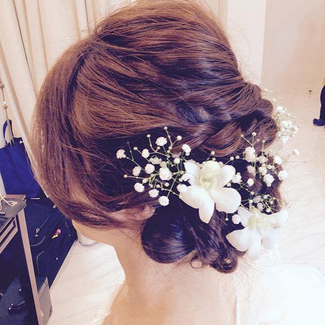 ふんわりと可憐な印象のブライダルヘアなら、 「かすみ草」 を飾ったヘアアレンジがオススメです♡ 白い小花と繊細なグリーンは、ウェディングドレスとの相性も抜群で、長く人気が続いています!今回は、インスタグラムで見つけた《かすみ草ヘア》をご紹介します☆ 結婚式や前撮りの髪型にお悩みの花嫁さんは、必見です♪
