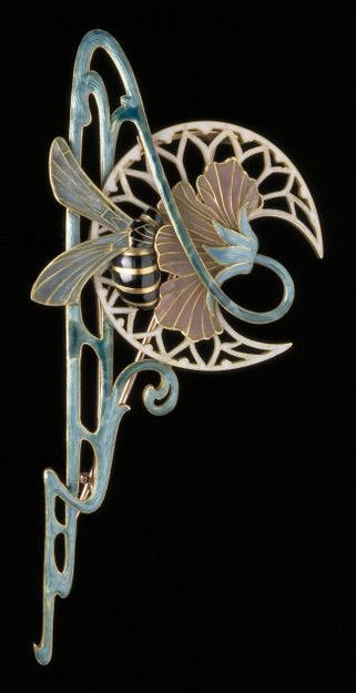 (Art Nouveau) Brooch by Georges Fouquet (maker), Charles Desrosiers (designer), ca 1901. This Brooch combines the 'wavy line' and the inspiration of flowers and insects.