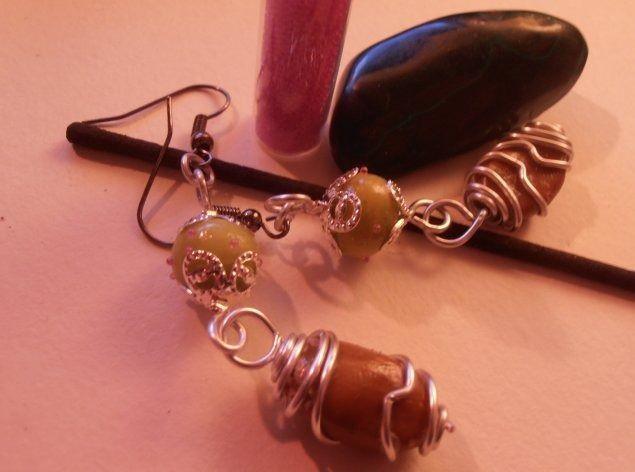Boucles d'oreilles vert d'eau, décoré microbilles et galet marron : Boucles d'oreille par natsaka