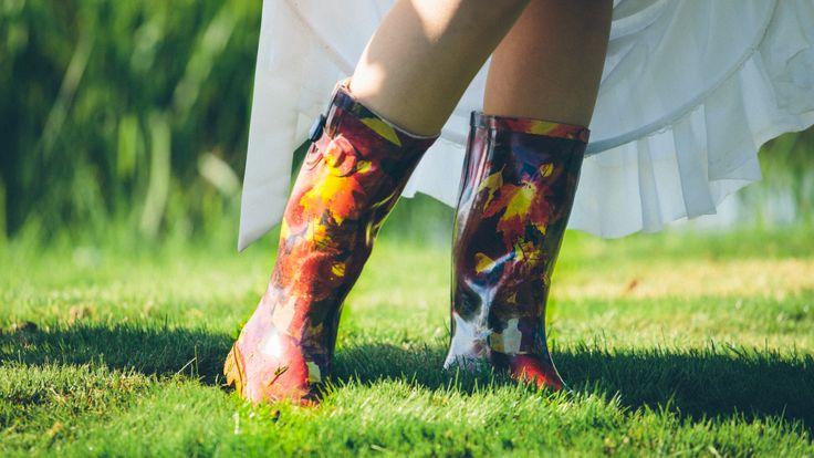 Laarzen onder de trouwjurk