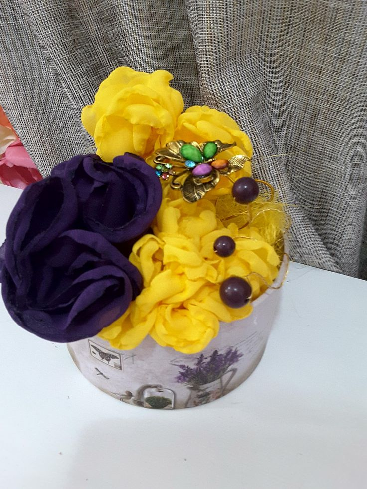 Aranjament flori din voal lucrate manual.