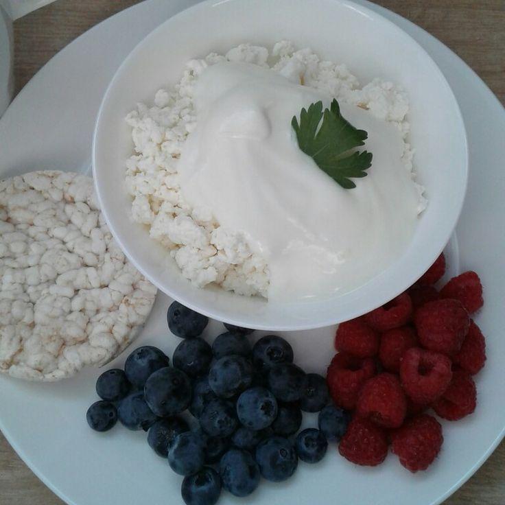 Завтрак:  творог с йогуртом с малиной и черникой и рисовый хлебец  (293ккал)