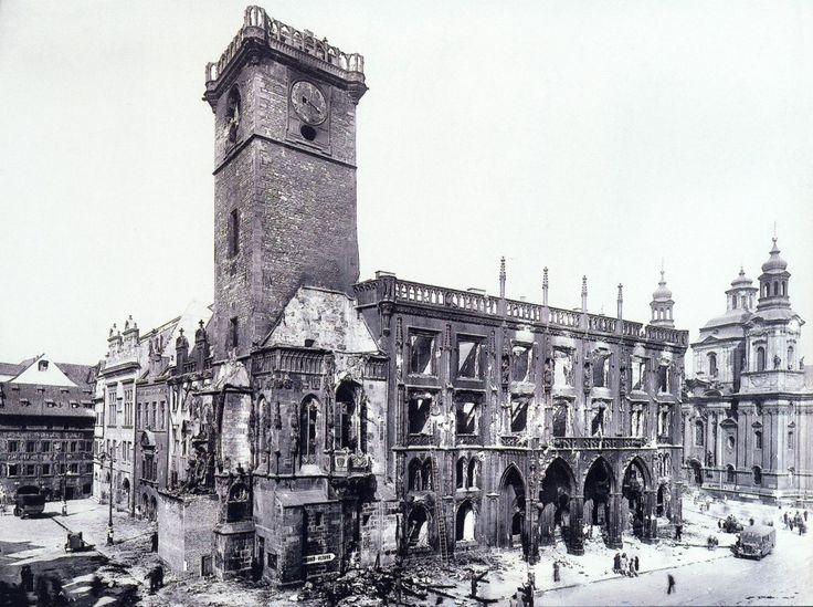 1945 Poničená Staroměstká radnice byla později stržena - Foto vybral a popisky pořídil facebookový profil Staroměstská radnice v Praze