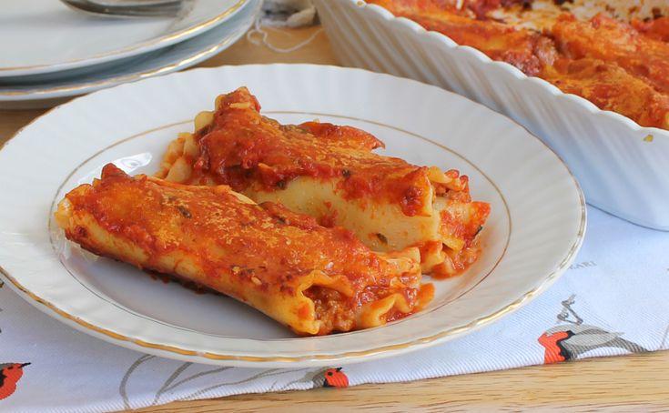 Una lasagna al forno diversa dal solito, arrotolata come se fossero cannelloni e farcita con un saporito ragù bianco e tanto formaggio filante.