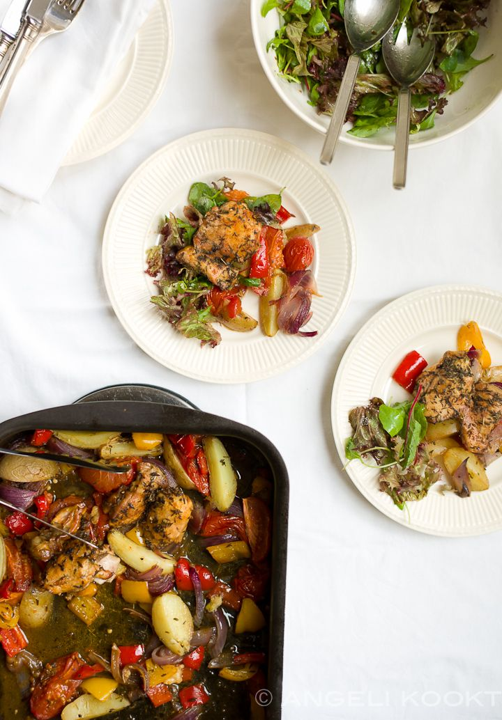 Voor deze kippendijen uit de oven is echt geen excuus te vinden om ze niet te maken. Met veel groenten zoals tomaten, gele en rode paprika en rode uien.