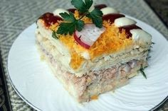 Рыбный салатик с крекерами Ингредиенты: соленые крекеры200-250 гр. банка любой консервированной рыбы1 шт. пучок зеленого лукапо вкусу вареные яйца4 шт. твердый сыр150 гр. зубчик чеснока1 шт. майонез