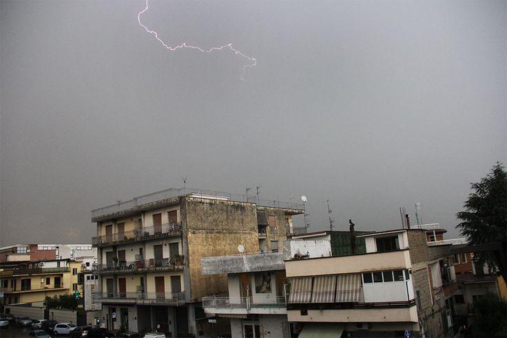 Tempeste elettromagnetiche su vecchi palazzi e cielo terso