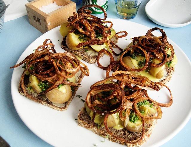 Smørrebrød : new potatoes with roasted onions