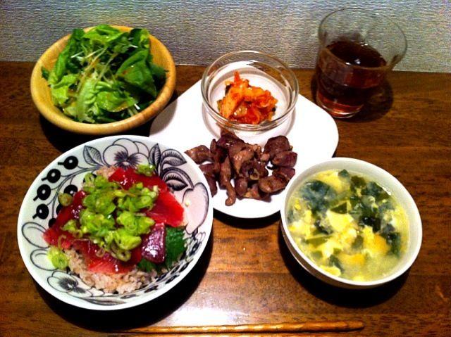 ひとりなのでちょい手抜き - 5件のもぐもぐ - マグロ丼、卵とワカメスープ、砂肝炒め、キムチ、サラダ by chirarhythm