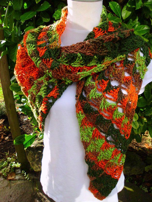 Das schöne Schultertuch habe ich mit viel Liebe aus Schurwolle mit Herbstfarben gehäkelt. Es ist ein echter krach bzw. hinkuker. Die lange Seite ist 1,90m und die kurzen Seiten zur Rückenspitze...