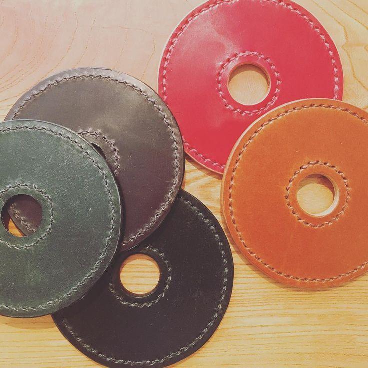 ドーナツコースター レザーのドーナツコースターって見かけないよね?ってチビチビ内職。これは自分用、兼準備運動  壁掛けセットにしたら可愛いかも…? オリジナル刻印届くまでもうちょい辛抱 #leathercraft #leather #craft #レザークラフト #革 #レザー #手縫い #ドーナツコースター #オリジナル #kitakitashop #fsw #flowstitchworks