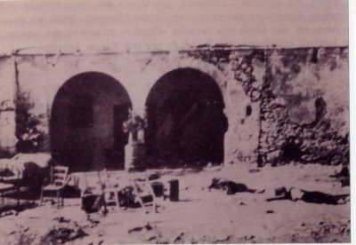 O κατεστραμμένος αχυρώνας στο Λιόπετρι, μετά τις εμπρηστικές βόμβες των Βρετανών. Διακρίνονται τα πτώματα των δύο αγωνιστών της ΕΟΚΑ που επιχείρησαν έξοδο.