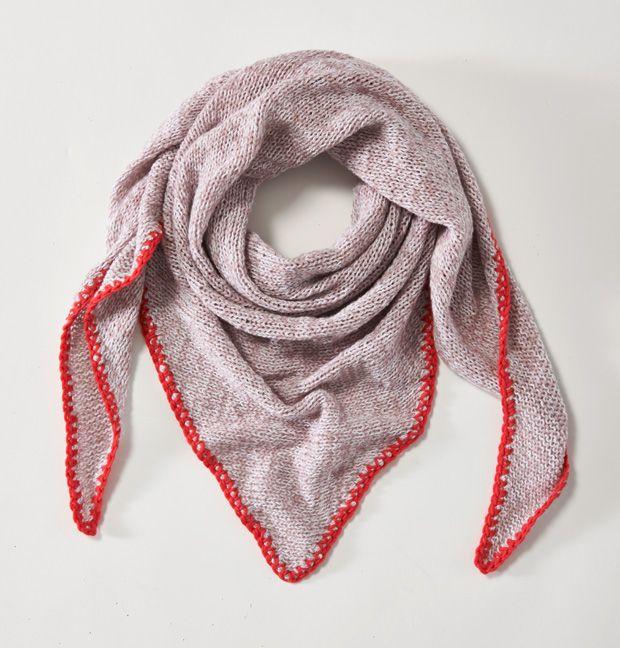Das Kaschmirtuch stricken wir dreieckig mit Häkelkante. Damit kommen wir auch an kühleren Abenden gut durch Frühling und Sommer.