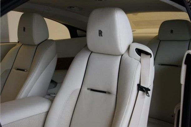 Rolls-Royce Wraith in Darkest Tungsten met Créme Light leder is voorzien van Santos Palissander veneer en vele opties.