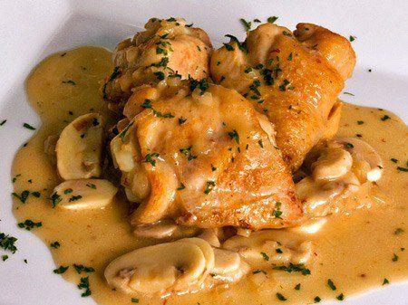 Ingredientes: Pollo cortado en piezas 500 grs de champiñón Aliños: 1 cebolla (cortada en juliana), tomillo, ajo en dientes, pimienta molida, 3 cdas de aceite de oliva y 1 cerveza. Agregar sal y pimienta al gusto al pollo ya cortado. Agregar el aceite hasta que caliente, cocinar el pollo hasta do