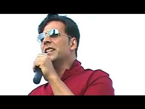 At a womens rally, Akshay Kumar boosted the spirits of the participants by dancing with them and performing on the stage. (Audio in Hindi)