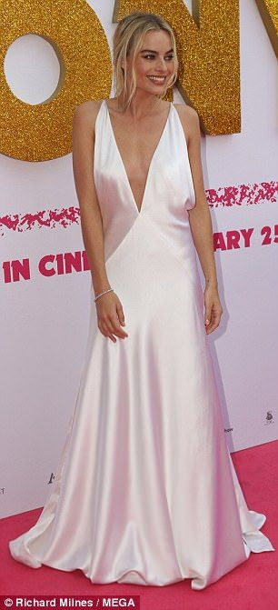 Simply stunning! Margot looked every bit the movie star as she made her arrival on the pin...