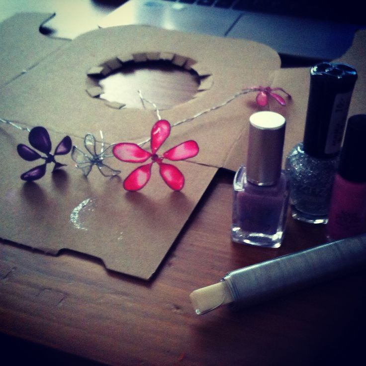 Blommor av ståltråd och nagellack