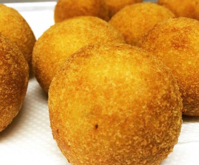 Confira o passo a passo dessa receita de bolinho de batata com recheio de bacalhau.