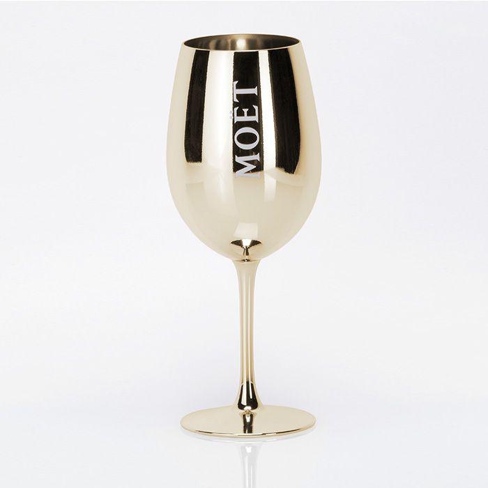 Ice Imperial Glas lackiert Gold - Champagne Moët et Chandon  Ice Imperial wird in großen Cabernet Gläsern serviert, da diese das Frische-Erlebnis ideal unterstützen. Daher war es nur ein logischer Schluss durch das golden lackierte Ice Imperial Glas, den Champagner noch mehr in Szene zu setzen.