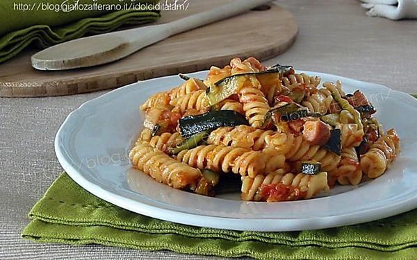 Pasta al sugo con zucchine e wurstel, facile e veloce