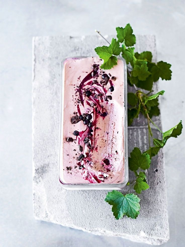 Her er isen du lager uten ismaskin, som er umulig å mislykkes med. Se oppskriften på sjokoladeparfait med solbær.