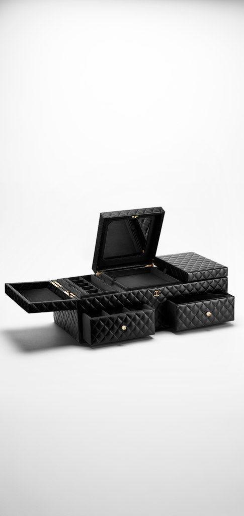 Large lambskin jewelry box - CHANEL