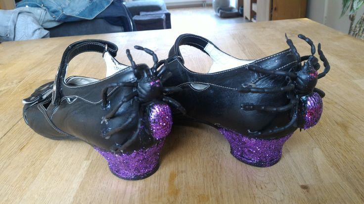 Heksenschoenen voor kbw thema griezelen. Schoenen van de kringloop, plastic spin erop met lijmpistool en wat paarse glitter!
