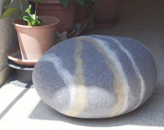 Dit is de ultra comfortabele, zachte steen meubilair voor uw huis.  Vervaardigd uit 100% gekaarde wol. De voering is gevuld met polyurethaanschuim vlokjes.  Deze kussens zijn zacht en comfortabel om te zitten, maar ook stevig genoeg en houden hun ronde vorm. Te gebruiken als vloer kussens in het huis of als een voetenbankje. Een perfecte kleine ruimte zitplaatsen oplossing!  Als u wilt een andere kleur of een combinatie van kleuren dan degene die wordt weergegeven om te laat het me weten…