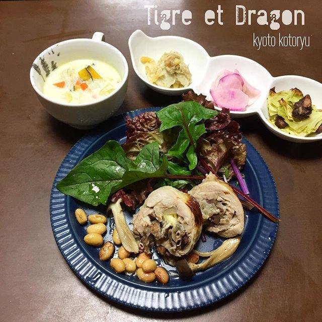 京都自家製天然酵母パンやらの店、琥と竜 (ことりゅう)です( ´ ▽ ` )ノ 11/24はキッチンNagomiにてOpen day(次は12/8親子カフェ同時開催です) *公募はしてませんでしたが、林檎酵母の中種編を開催しております、なのでテイクパンは通常通り9:30よりランチは12:00よりとなります、宜しくお願いします♡ *イートイン* ★デリ&スープSET.850 ミニデザート付き *デリメイン チキンバロティーヌ冬ver (丹波キノコ、チーズ、レバーコンフィ、スモーク砂肝、林檎コンポートをインした鳥モモ肉) 青大豆グリル、グリーンサラダ *デリ野菜 ・聖護院かぶらと紫大根のマリネ ・キャベツのグリルに大納言の塩バジル炊き ・ヤーコン、里芋、ジャガイモトリオのナッティサラダ *スープ 自家製スモークハム香るキヌアと野菜のパンプキンミルクスープ *ミニデザート(酵母のシフォン&トッピング) デリSETは店内の酵母パンをお買い上げの上でセットにしてください♪  #自家製天然酵母#自家製天然酵母パン屋 #自家製天然酵母パン教室 #自家製天然酵母パン#ことりゅう #琥と竜…