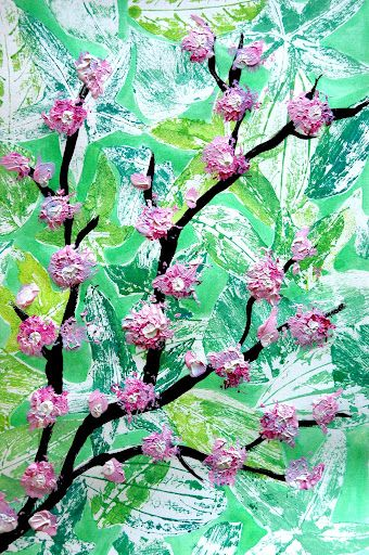 I thought about something very spring and I painted it with acrylic colours, leaves and flowers.